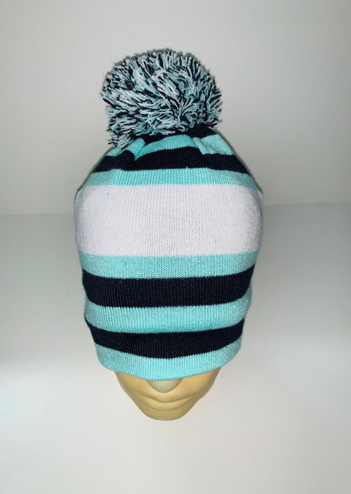 Яркая шапка в полоску с помпоном