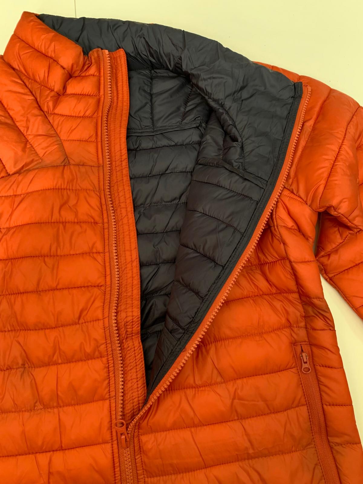 Яркая женская куртка