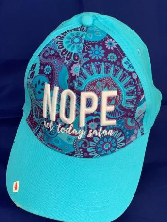 Ярко-бирюзовая кепка с принтом и вышитой надписью NOPE