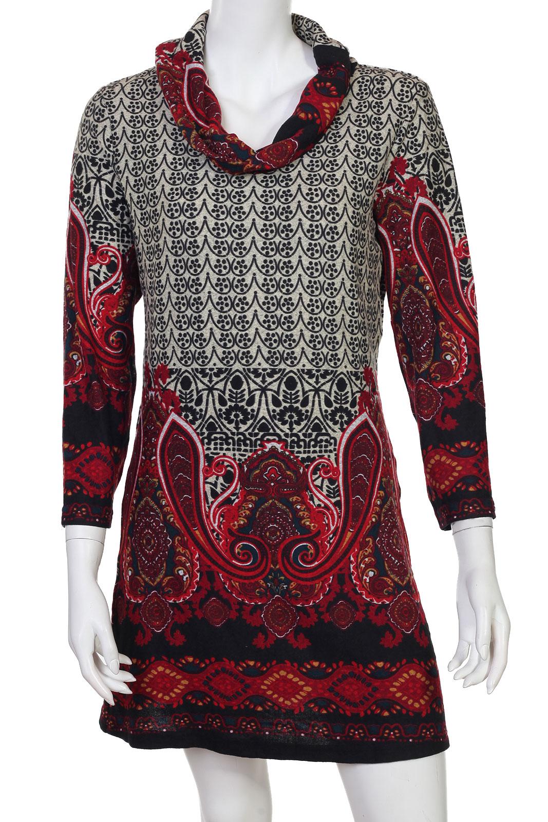 Яркое красно-белое платье с воротом-хомутом