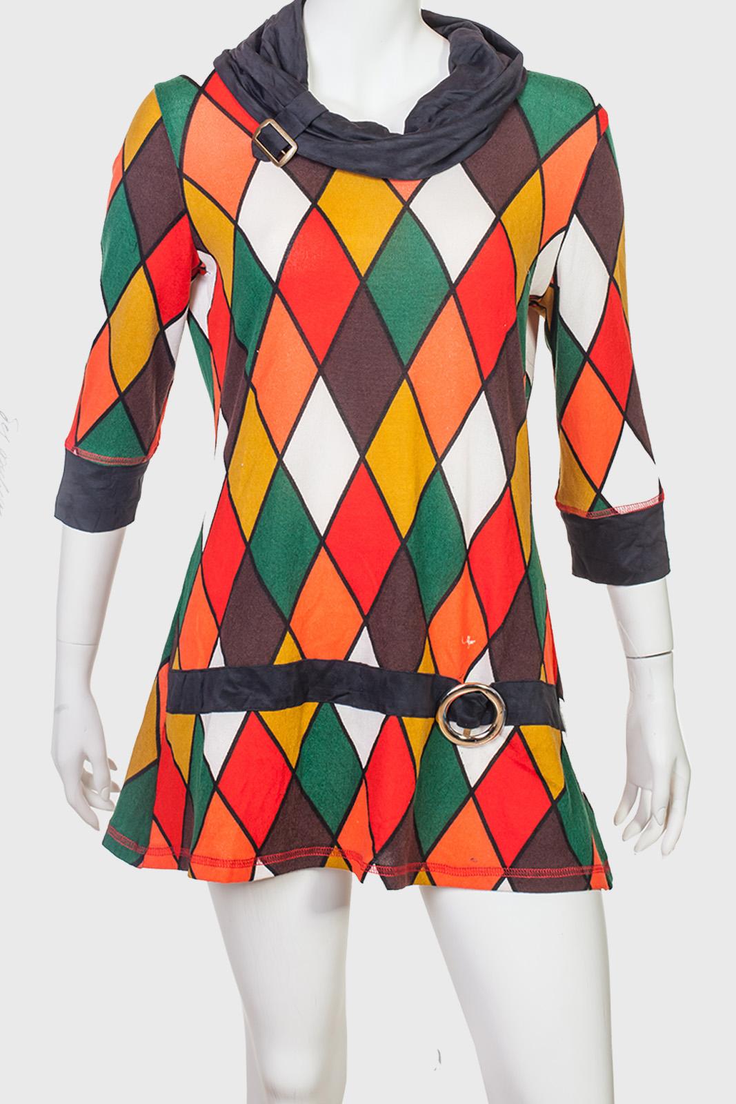 Яркое мини-платье с геометрическим узором