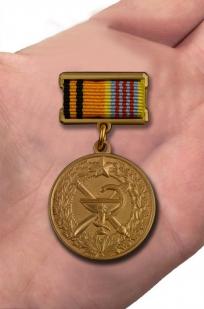 Юбилейная медаль 100 лет медицинской службы ВКС - вид на ладони