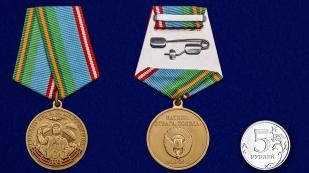 Юбилейная медаль 100 лет РВВДКУ им. В. Ф. Маргелова на подставке - сравнительный вид