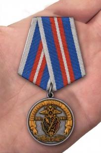 Юбилейная медаль 100 лет Уголовному розыску России 1918-2018 - вид на ладони