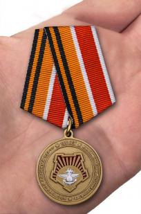 Юбилейная медаль 100 лет Восточному военному округу - вид на ладони