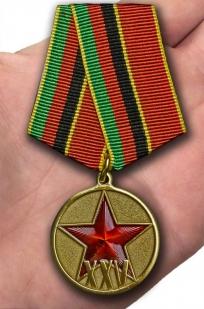 Юбилейная медаль 25 лет вывода войск из Афганистана - вид на ладони