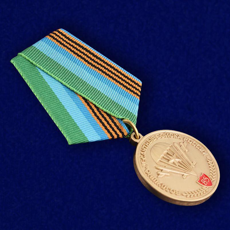 """Юбилейная медаль """"85 лет ВДВ"""" в бархатистом футляре из флока с прозрачной крышкой - общий вид"""