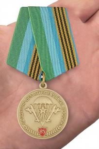 """Юбилейная медаль """"85 лет ВДВ"""" в бархатистом футляре из флока с прозрачной крышкой - вид на ладони"""