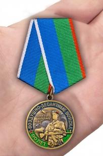 Юбилейная медаль 90 лет ВДВ на подставке - вид на ладони