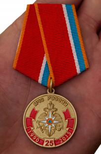 Юбилейная медаль МЧС (к 25-летию) - вид на руке