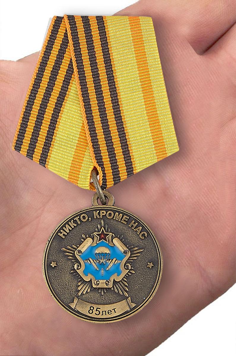 Юбилейная медаль От ВДВ СССР Силам Специальных операций Республики Беларусь на подставке - вид на ладони
