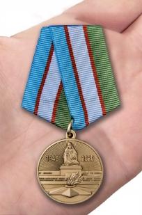 Юбилейная медаль Узбекистана 75 лет Победы во Второй мировой войне - вид на ладони