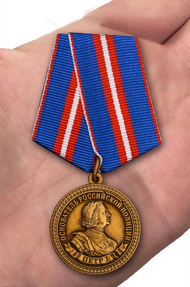 Юбилейная медаль 300 лет полиции России - вид на ладони