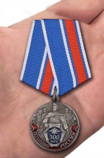 Юбилейная медаль 300 лет Российской полиции - вид на ладони