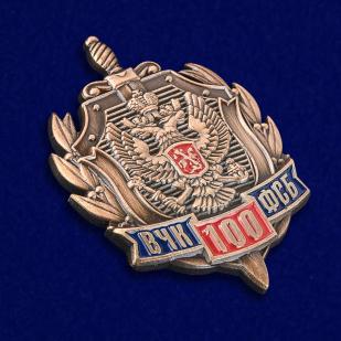 Юбилейный знак к 100-летию ВЧК-ФСБ в нарядном футляре из флока - общий вид