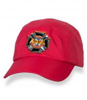Зачетная красная бейсболка с термонаклейкой 100 лет Военной Разведке