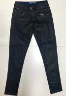 Зачетные женские джинсы черного цвета