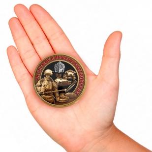 Закатный значок За службу в Инженерных войсках - вид на руке
