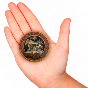 "Закатный значок За службу в Морской пехоте"" - вид на руке"
