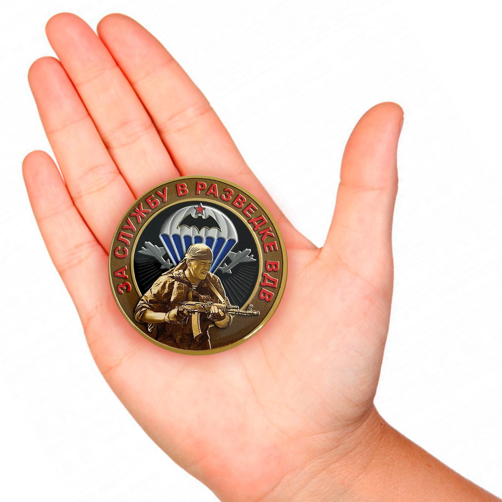 Закатный значок За службу в разведке ВДВ - вид на руке