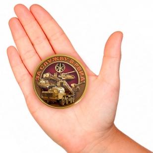 Закатный значок За службу в РВиА - вид на руке