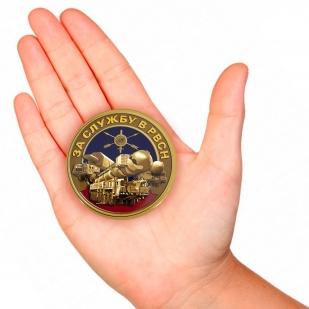 Закатный значок За службу в РВСН - вид на руке