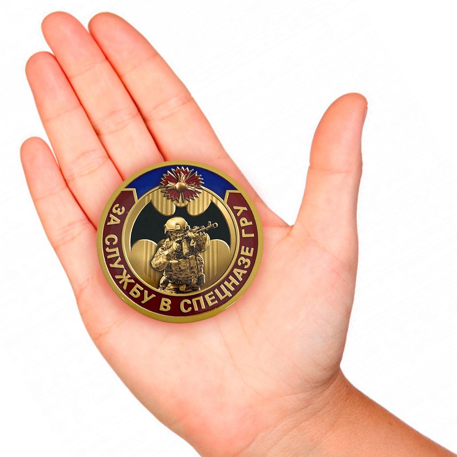 Закатный значок За службу в спецназе ГРУ - вид на руке