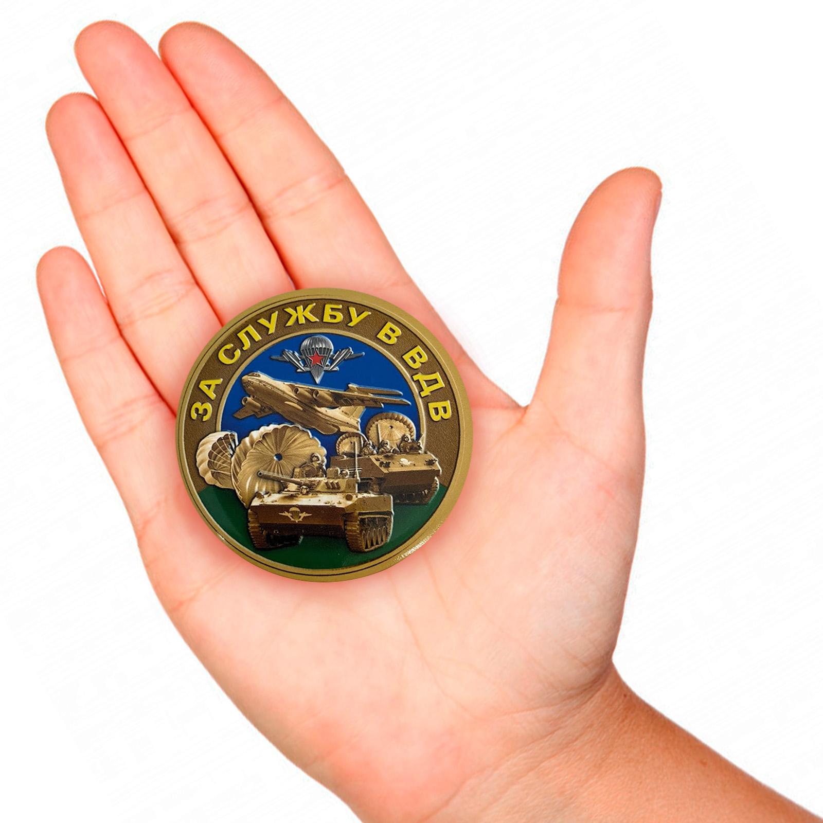 Закатный значок За службу в ВДВ - вид на руке