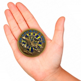 Закатный значок За службу в ВВС - вид на руке
