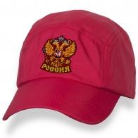 Заметная бейсболка с вышитым гербом России.