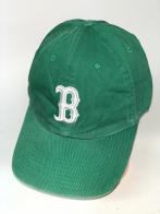 Зеленая бейсболка с белой вышивкой на тулье