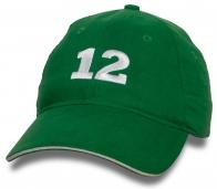 Зеленая бейсболка с номером 12.