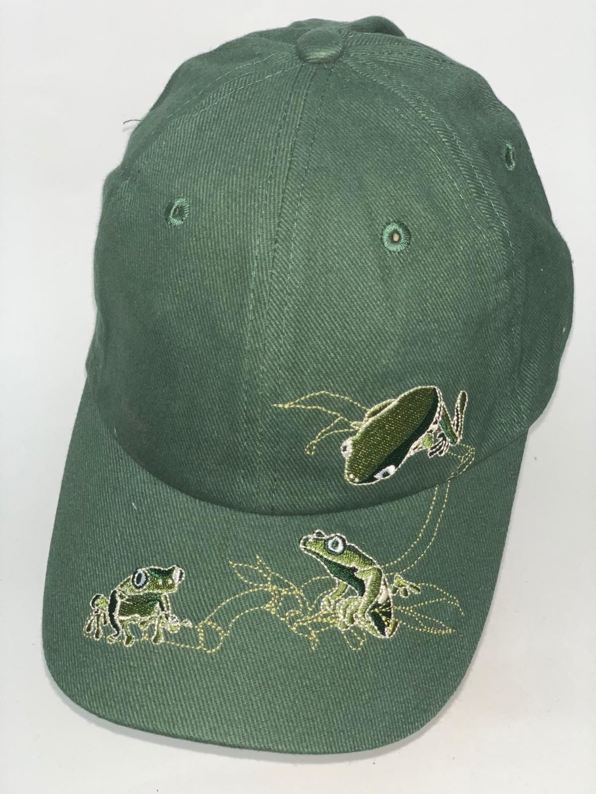 Зеленая бейсболка с вышитыми лягушками