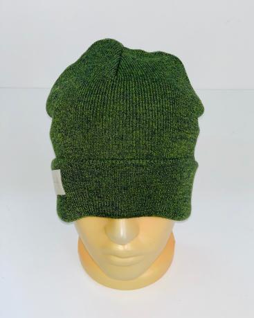 Зеленая крутая шапка с нашивкой