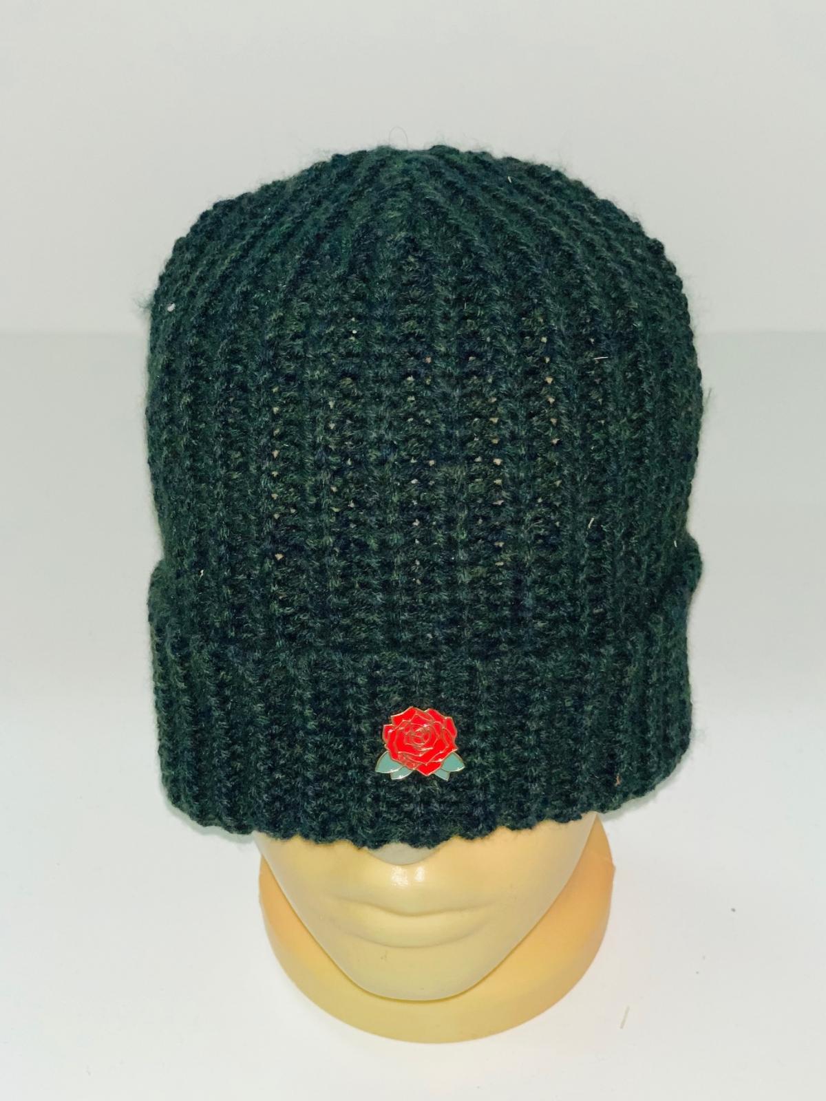 Зеленая шапка с розочкой