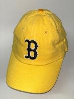 Желтая бейсболка с черно-белой вышивкой на тулье