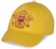Желтая бейсболка с принтованным авторским золотым Гербом РФ на твоей голове не оставит незамеченным на стадионе. Спешите купить стильный аксессуар болельщика!