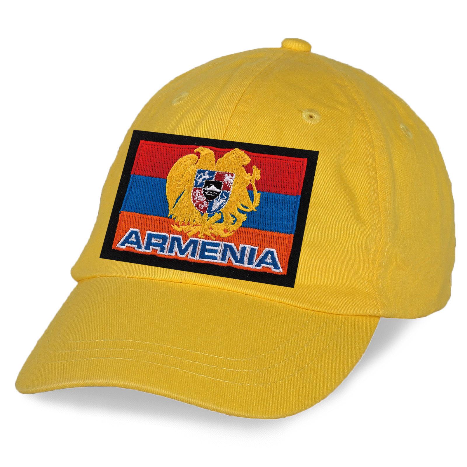 Желтая кепка с вышитой армянской символикой