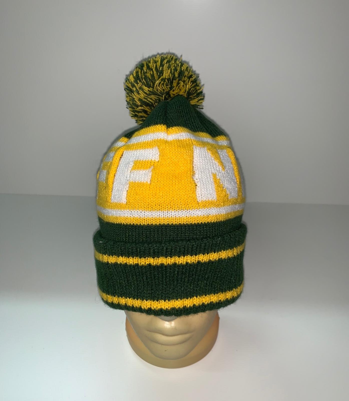 Желто-зеленая шапка с помпоном