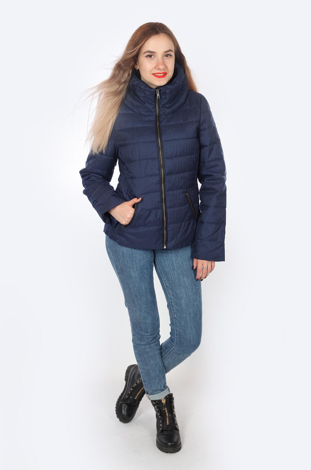 Спортивная куртка синего цвета: высокий ворот, карманы