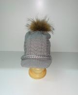 Женская шапка с меховым помпоном и козырьком