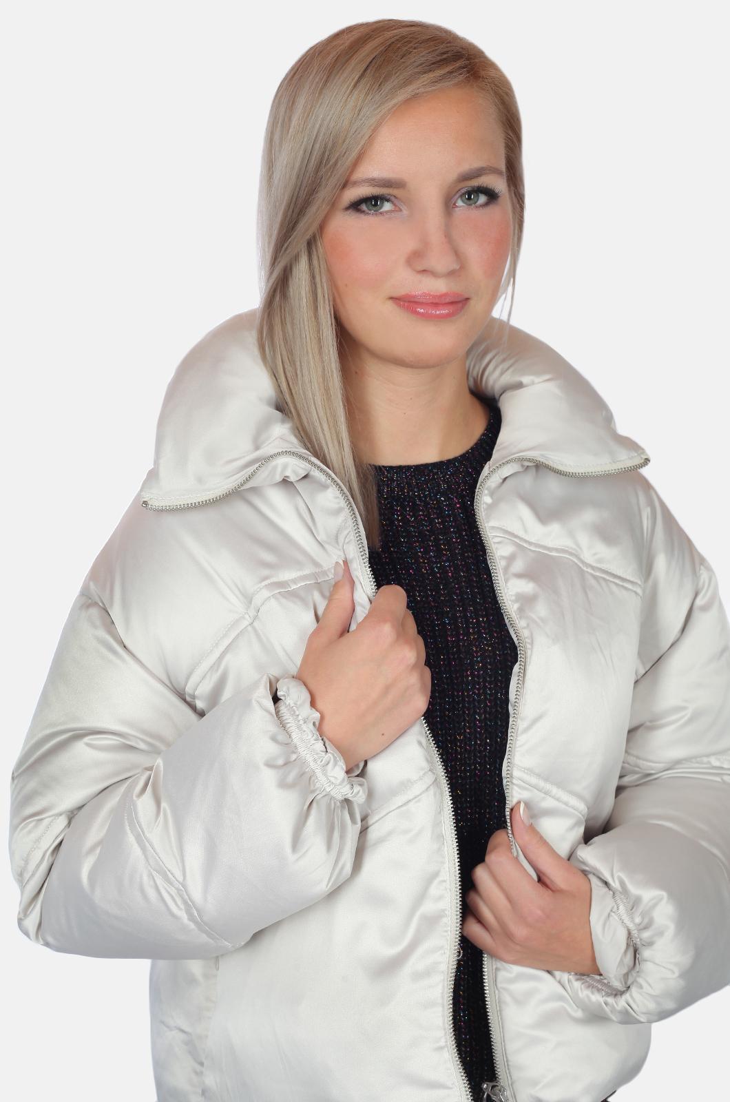 Короткая светлая кутка – дутая модель для стильных девчонок