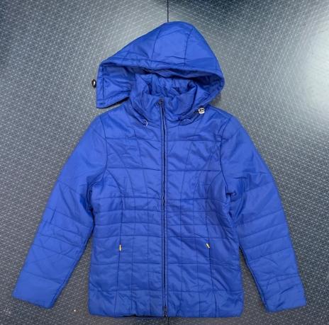Женская ярко-синяя куртка