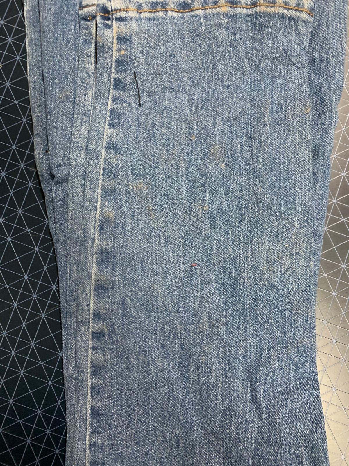 Женские джинсы голубого цвета с мелкими стразами