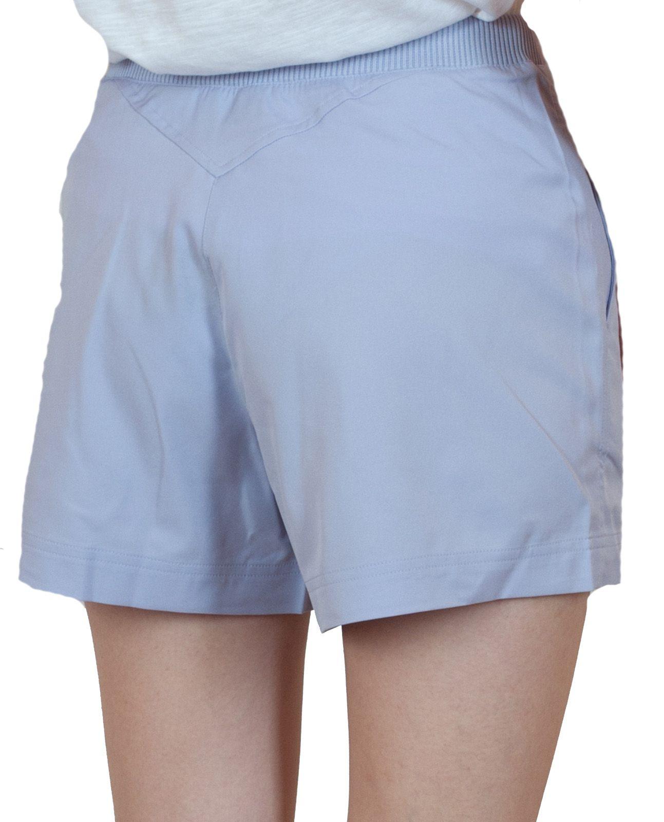 Женские шортики светло-голубого цвета - вид сзади