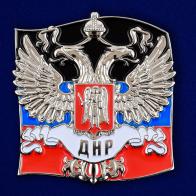 Жетон с гербом ДНР на фоне флага Донецкой Народной Республики