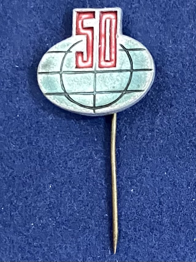 Значок на иголке 50 на фоне планеты