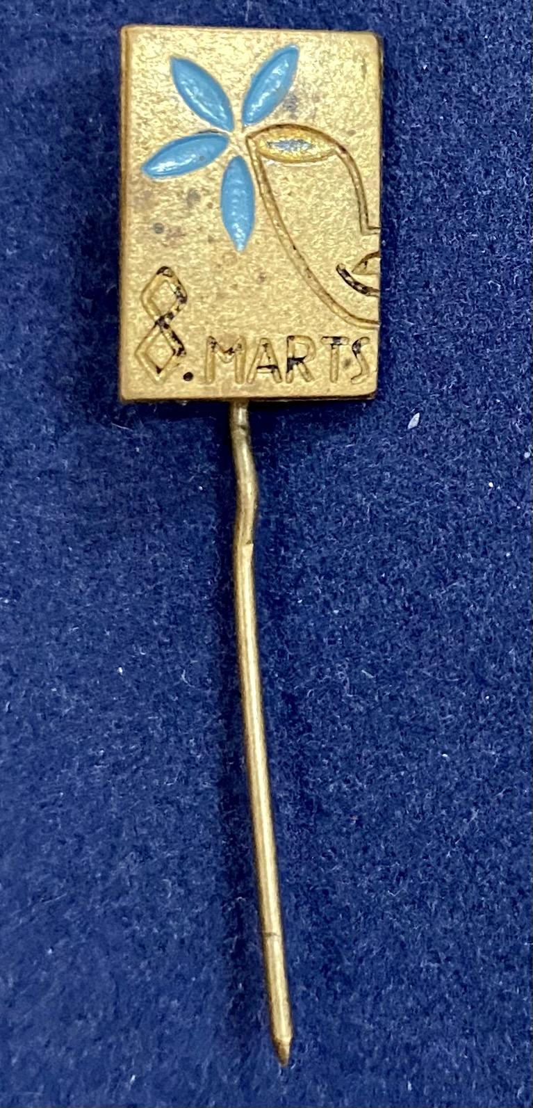 Значок на иголке 8 Марта с голубым цветком
