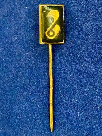 Значок на иголке с музыкальным символом