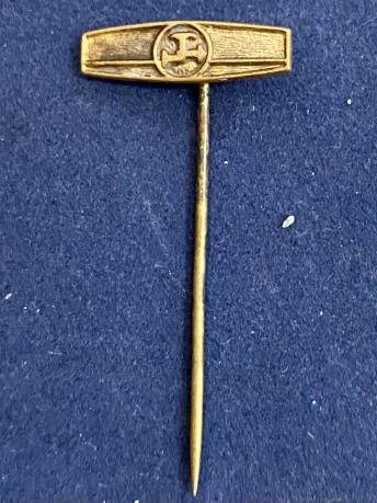 Значок на иголке с символом в круге